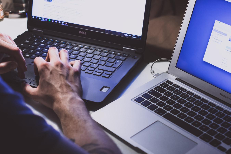 Uma pessoa consulta nfe completa através de seu computador.